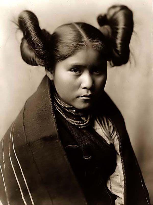 photo noir et blanc :ethnie Hopi, Arizona, amérindiens, coiffure, portrait de femme