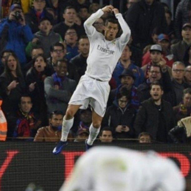 """OJO POR OJO! Ayer en el marco del gran Clásico del fútbol español el glorioso REAL MADRID sacó su casta y orgullo para revertir la adversidad inicial y someter al FC BARCELONA (1-2) en su propio feudo del CAMP NOU saldando así la confrontación al menos en la Liga 2015-16 entre los """"eternos rivales"""" del fútbol mundial. BENZEMA y CRISTIANO RONALDO (Foto) le dieron una tremenda alegría a la """"Casa Blanca"""" devolviéndole con creces el respeto perdido. Ahora los """"merengues"""" se quedan a 7 puntos de…"""