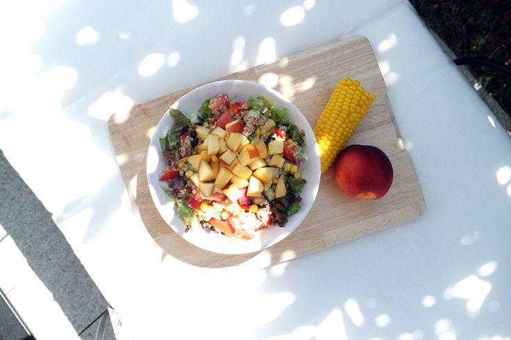 Gesunder, frischer, sommerlicher Clean Eating Salat mit Pfirsich.