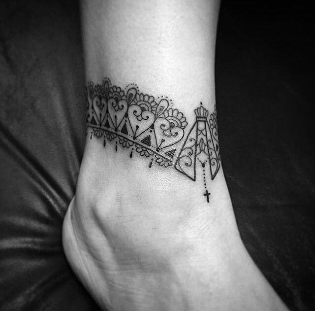 Tattoo no tornozelo com Virgem Maria