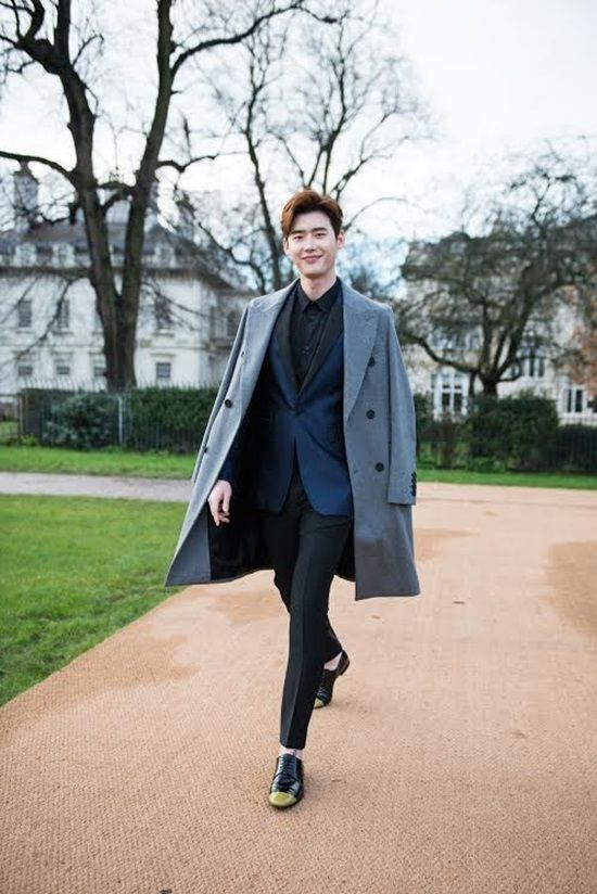 Lee Jong Seok Rocks Classic Burberry Attending London Fashion Show | A Koala's Playground