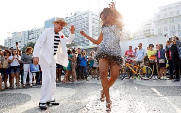 Artistas callejeros en la ciudad olímpica de Río. Visite nuestra página y sea parte de nuestra conversación: http://www.namnewsnetwork.org/v3/spanish/index.php  #nnn #bernama #malasia #malaysia #olimpiadas #brasil #brazil #rio #olympics #art #arte #danza #baile #rio2016