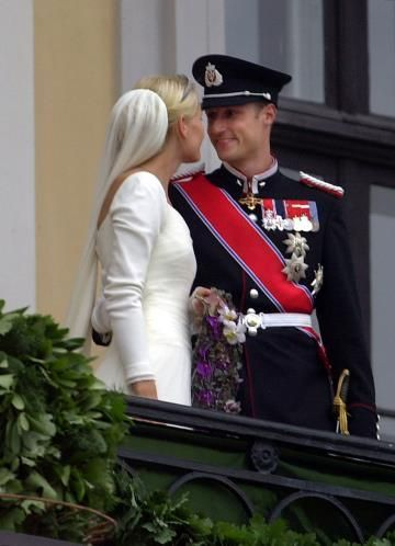 The bridal couple on the balcony; wedding of Crown Prince Haakon of Norway and ms. Mette-Marit Tjessem Høiby, August 25th 2001
