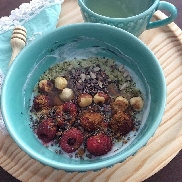 #banana #yogurt #spirulina #raspberries #hazelnuts #rawcacaonibs #hempseeds #sunflowerseeds #linseeds #chiaseeds #ginger #cinammon #honey #breakslow #breakfast #desayuno #sugarfree #glutenfree #organic #heathyfood #antiinflammatorydiet #rosemaryinfusion #eatwelllivemore