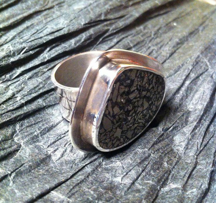 Anillo de plata con textura en argolla y piedra pirita
