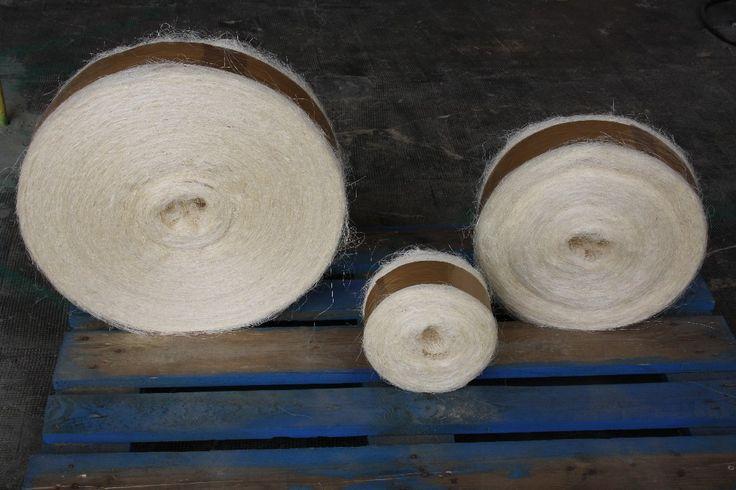 Sisal : Transformado de fibra vegetal de origen africano 1ª calidad de gran longitud y resistencia de color blanco. Se destina como material de construcción sobre todo para uso de escayola y mármol. Así como a otros usos como la decoración y moda como bolsos, cintas, cinturones y objetos ornamentales como alfombras, cestos y lámparas. Se fabrica en rollos de distintos tamaños y pesos según necesidad.