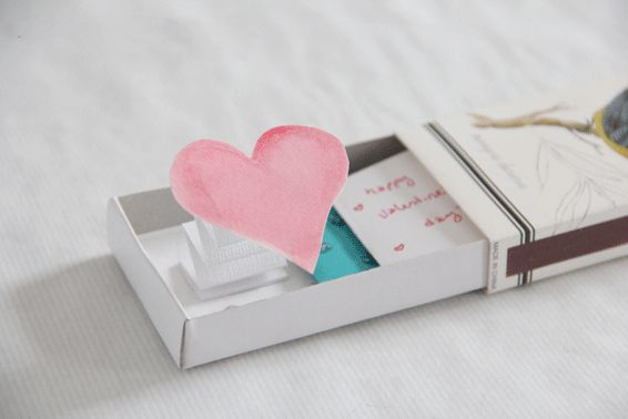 DIY pop-up love box from Fräulein Gabriella. Tutorial in Rumanian (use Google Translate) with step-by-step photo's.