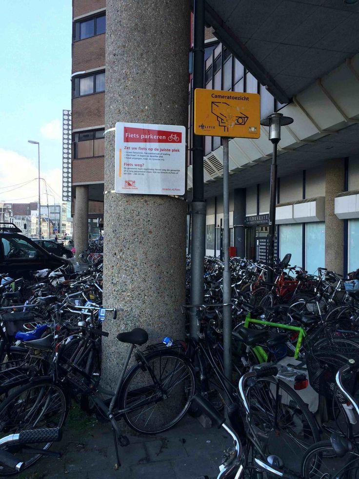 Parkeren van fietsen is altijd lastig. Hier de situatie bij Hoog-Catharijne. Het bord geeft aan dat er regels gelden voor het parkeren van fietsen.