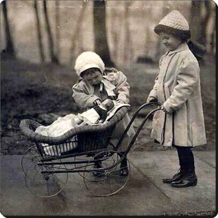 1930'lu yıllar; çocuklar, taş bebeklerle evcilik oynuyor... #istanbul #çocuk #birzamanlar #istanlook