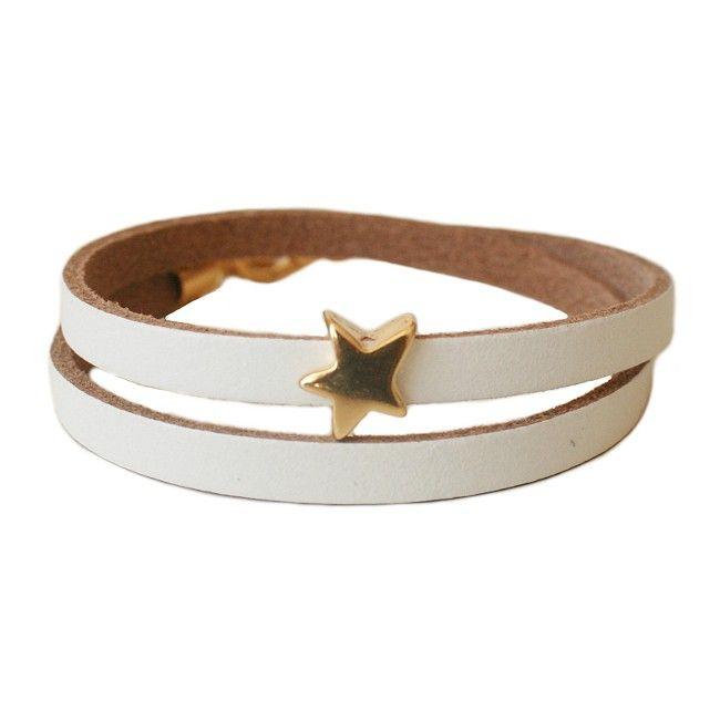 BonBon LA41 wit - Stoere handgemaakte wikkelarmband van mooi leder met metalen ster. Super in combinatie met andere (Mix & Match) armbanden! Materiaal: nikkelvrij zilverkleurig metaal en leder.  Leverbaar in vijf maten: XS: voor polsmaat 15 (strakgemeten) S: voor polsmaat 16 (strakgemeten) M: voor polsmaat 17 (strakgemeten) L: voor polsmaat 18 (strakgemeten) XL: voor polsmaat 19 (strakgemeten)