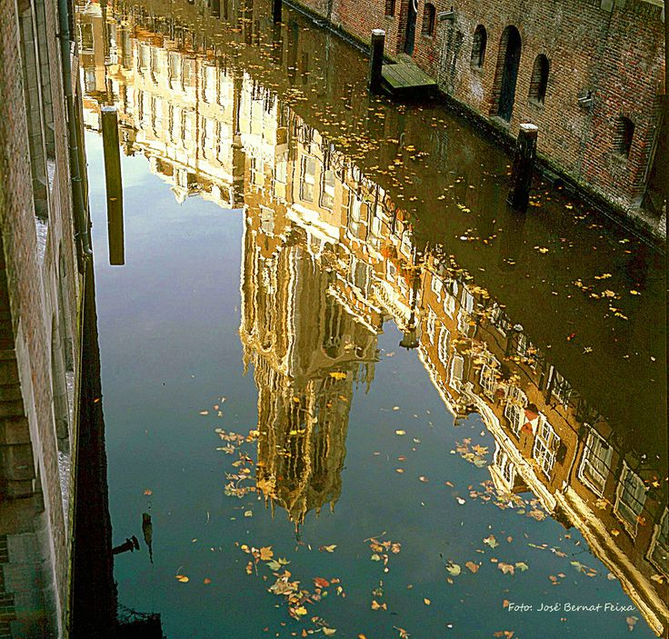 De Dom weerspiegelt vanuit de Oude Gracht, Utrecht