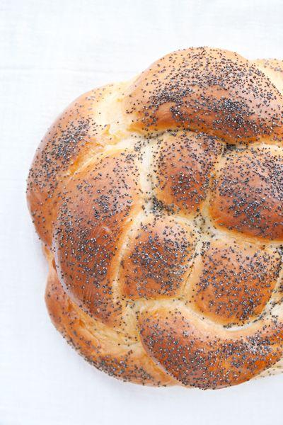 La challah è il tipico pane ebraico delle feste: lo prepariamo ogni venerdì per celebrare lo Shabbat, ma anche in occasione di alcune feste solenni, come a Rosh Hashanah, il capodanno ebraico appena passato. A Rosh Hashanah prepariamo una challah diversa dal solito: il pane di questa festa, infatti, ha la caratteristica forma rotonda, e …