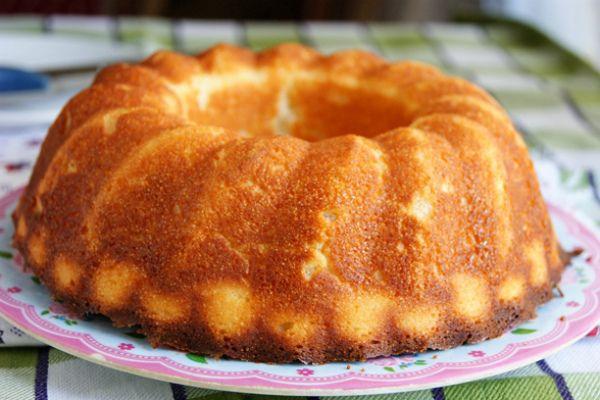 Манник на кефире.   Ингредиенты:1 стакан кефира,1 стакан манки,150 грамм сахара,100 грамм сливочного масла,2 яйца,соль,ваниль,15 грамм разрыхлителя. Приготовление:Манку с кефиром настоять в течении 1 часа.Масло и  сахар перетереть ,добавляем яйца и разрыхлитель.Всё смешать.Выпекать 20-30 минут в форме смазанной маслом, при температуре 180 градусов.