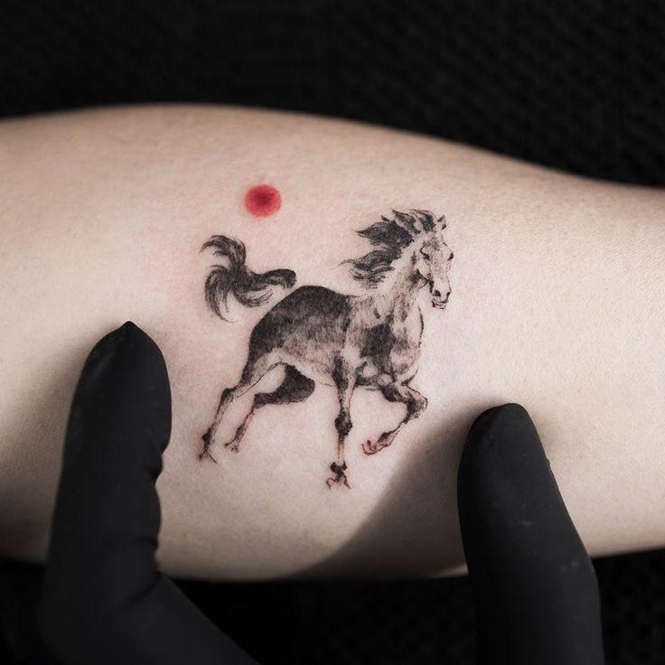 Não cansamos de dizer que as tatuagens são uma forma de arte, e, como os artistas de outras áreas, tatuadores também têm seus estilos próprios: surrealista, aquarela, pontilhismo,trash... O coreano Hongdammanda muito bem no minimalismo!  Morador de Seul, o tatuador tem traços leves e delicados, caprichando em cada pontinho de tinta. Ob...