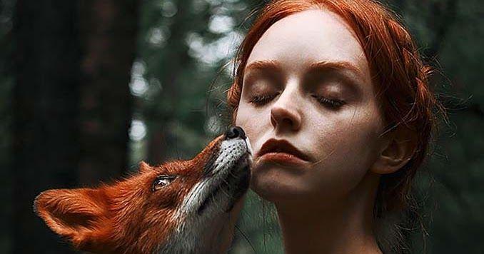 Παραμυθένια πορτραίτα με κοκκινομάλλες και μια κόκκινη αλεπού