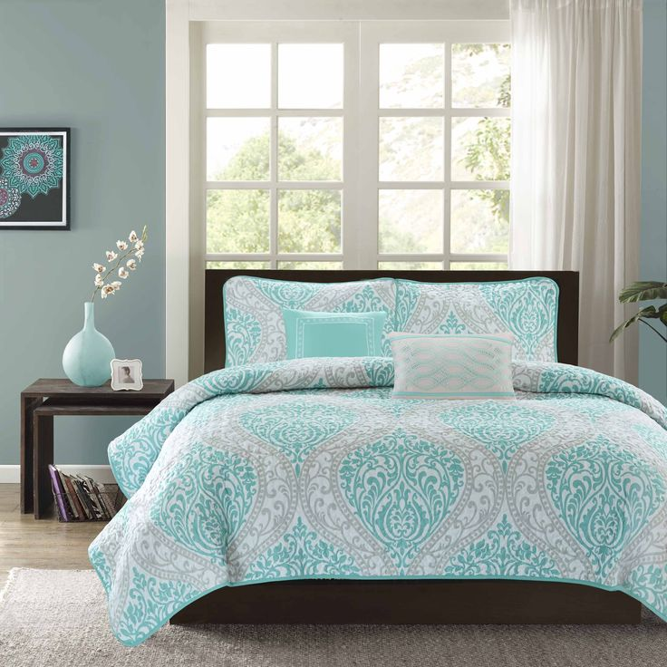 Lilly is the perfect way to make a fashion statement in your bedroom. The vibrant aqua and grey damask print adds a pop of color to this coverlet. An aqua printed pillow and a grey pillow make up the two decorative pillows included in this coverlet set.