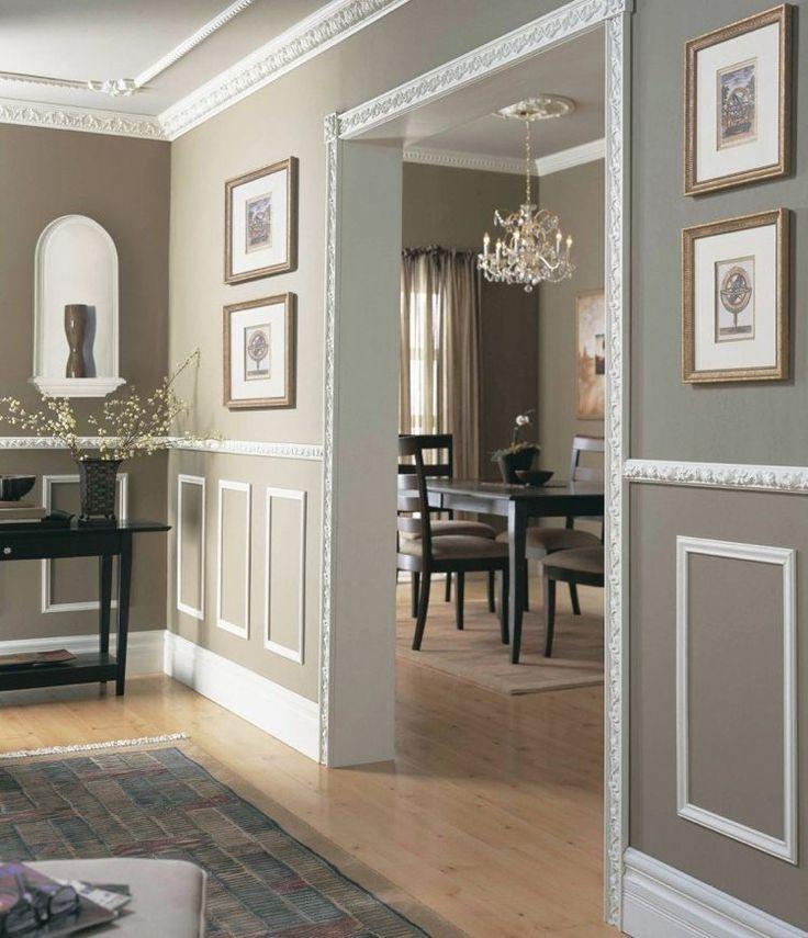 peinture taupe et moulures décoratives murs, plafond et cadrage du passage sans porte
