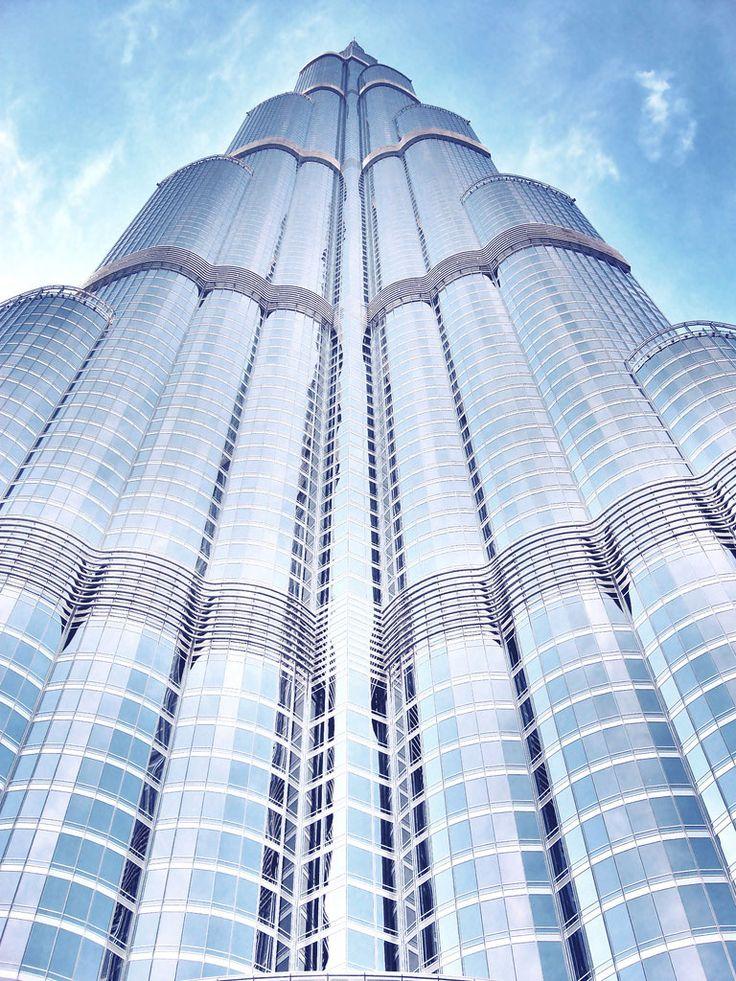 Dubai'nin tam ortasında yükselen Burj Khalifa, 829,8 metre yüksekliği ve 160 katı ile dünyanın en yüksek binası. Yüksekliğinin dışında başka rekorlara da imza atan kule, toplam 344 bin metrekare üzerine kuruldu ve yapımında 12.000 işçi çalıştı.   #Dubai #Gökdelenler #Kentler #Kule