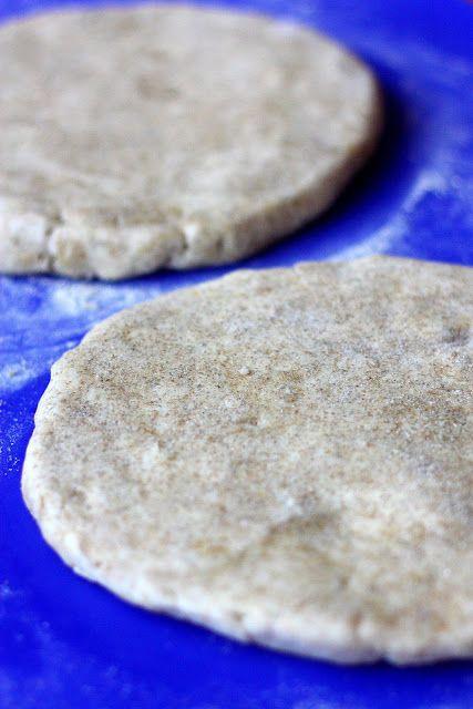 Kuten monet jo varmaan tietävät, rahkavoitaikina on ehdoton lempitaikinani suolaisia leivonnaisia tehdessä. Käytän rahkavoitaikinaan normaalisti pelkkiä vehnäjauhoja, mutta tällä kertaa halusin pohjaan hieman enemmän makua. Leivonnaisen täytteestä johtuen halusin maun olevan rukiinen, joten korvastin osan vehnäjauhoista ruissihtijauhoilla. Taikina on aivan yhtä helppo käsitellä kuin pelkistä vehnäjauhoista tehtyä ja koostumus pysyy ihanan pehmeänä myös kypsyttyään. Maku …