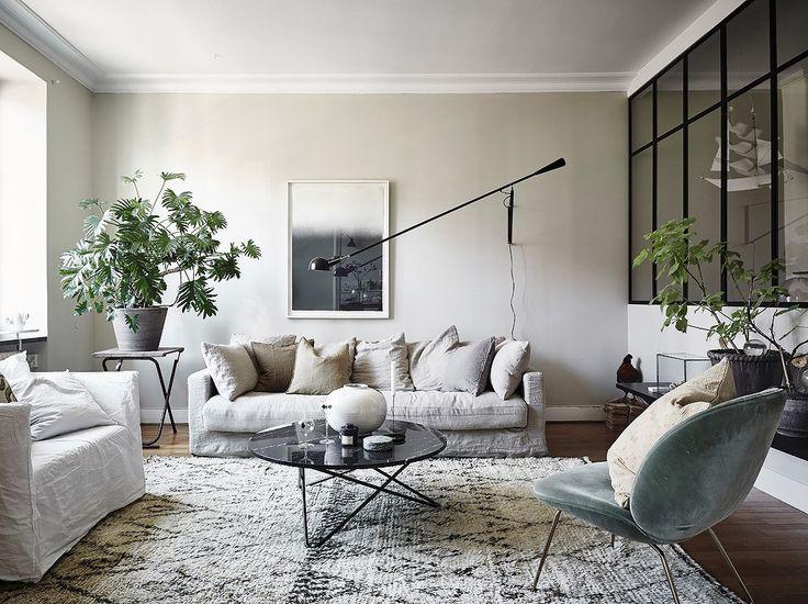 Blanc cassé, Coquille d'oeuf, Greige et tous les autres camaïeux du Blanc réchauffent immédiatement les espaces, la preuve avec cet appartement étonnant !
