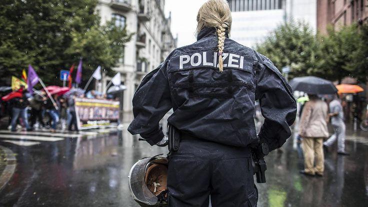Karriere bei der Polizei: Silikonbrüste sind kein Hindernis