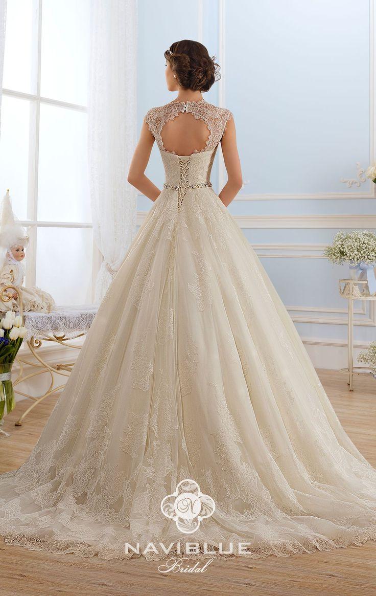 Пышное свадебное платье из тончайшего французского кружева Шантильи Naviblue 13488.  Кружево Шантильи (Chantilly) - это тонкие узоры из цветов, вышитые на основе тонкой сеточки. Кружева шантильи необычайно мягкие на ощупь, а свадебные платья, украшенные такими кружевами смотрятся очень элегантно. Купить свадебное платье из кружева Шантильи можно в свадебном салоне Роза Бланка. г.Саратов, ул.Советская, 21 (угол ул. М.Горького, рядом с магазином Монте Наполеоне)  www. rosablanca.ru