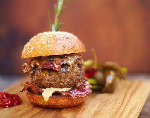 """Гамбургер рецепт BARBECOA Джейми вместе с коллегой Adam Perry Lang окрыли гриль-ресторан BARBECOA - гамбургер рецепт """"барбекоа"""" является фирменным рецептом этого ресторана. И если вы спросите, почему именно этот бургер, а не какой-либо другой, то вы поймете это, услышав мнение тех, кто его ел, а они говорят, что этот гамбургер - лучше всех гамбургеров, даже американских! И звучал оценки как """"просто гениально!"""" Так ли это, вам надо самим попробовать и оценить по достоинству!"""