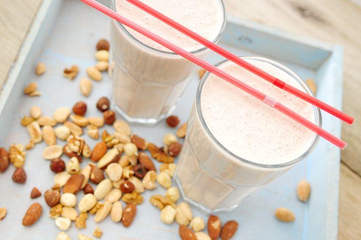 Noten in een smoothie , je verwacht het niet naar het is heerlijk! Vooral de combinatie van noten met vers fruit en volle yoghurt is werkelijk verrukkelijk. Je hebt binnen een paar minuten een super snel en voedzaam ontbijt op tafel staan dat je lichaam voorziet van vele benodigde voedingsstoffen.