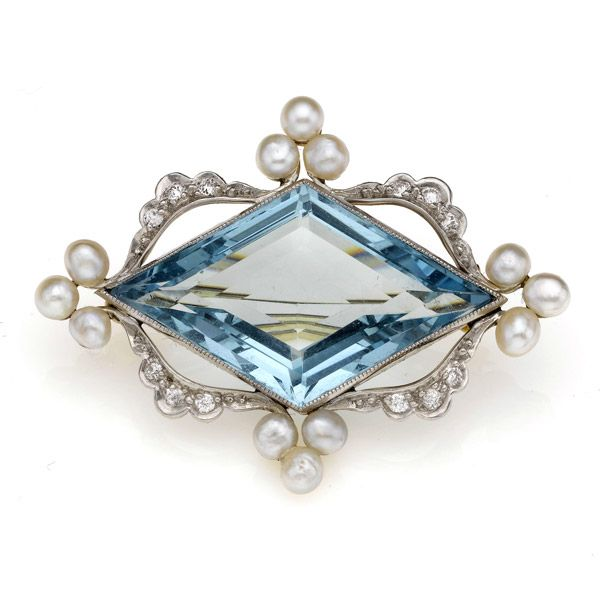Edwardian aquamarine, diamond and pearl brooch, with central kite-shaped acquamarine, estimated weight 15 cts, mounted in platinum and 18ct gold, length 4.2 cm. C.1910.