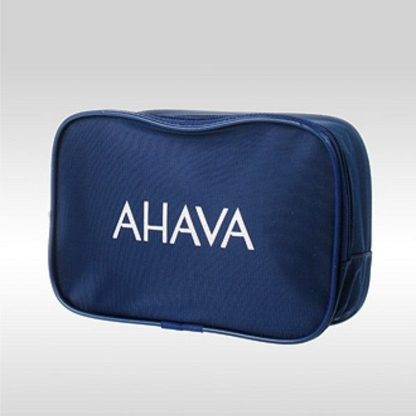 КОСМЕТИЧКА С ЛОГОТИПОМ AHAVA Синяя косметичка с логотипом AHAVA. Материалы: синтетическая ткань полиэстер, синий кедер (blue cosmetic bag with logo)