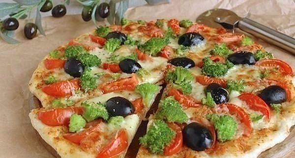 ТОП-5 РЕЦЕПТОВ ДОМАШНЕЙ ПИЦЦЫ ДЛЯ ПРАВИЛЬНОГО ПИТАНИЯ   1. Нежнейшая пицца без муки  ИНГРЕДИЕНТЫ: Основа: ● 300 г цветной капусты ● 150 г сыра низкой жирности ● 1 яйцо ● соль  Начинка: ● 50 г томатной пасты  ● 150 г куриного филе ● 30 г шампиньонов ● 40 г сладкого перца ● 15 г лука ● 50 г сыра низкой жирности ● соль, приправы по вкусу  ПРИГОТОВЛЕНИЕ: Цветную капусту отварить, натереть на крупной терке. 150 г сыра натереть на крупной терке, перемешать с капустой, добавить яйцо, посолить…