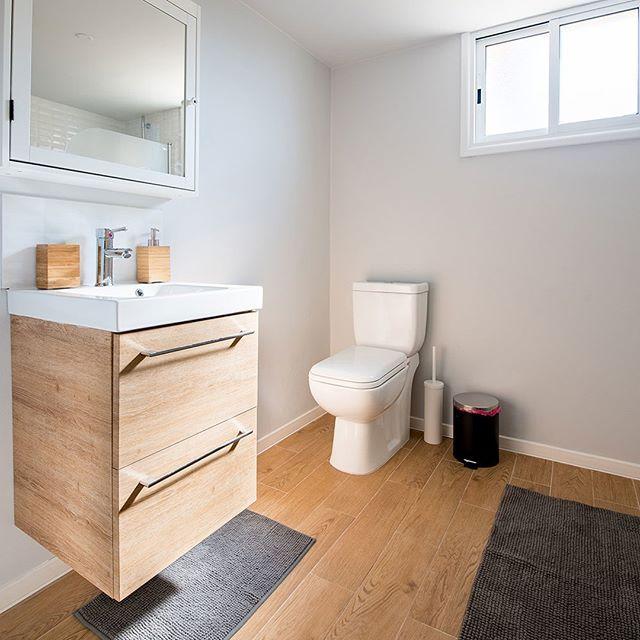 Es Mussen Auch Im Bad Nicht Unbedingt Fliesen Sein Ein Holzboden Oder Vinylboden In Holzoptik Lass Simple Bathroom Bathroom Light Fixtures Bathroom Essentials