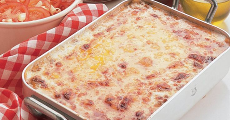 God gammeldags italiensk lasagne med kødsauce og hjemmelavet mornaysauce. Server med tomatsalat - et lækkert match til en hjemmelavet lasagne. Uhm!