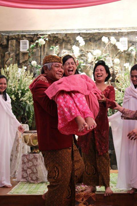 Dalam prosesi Siraman pada pernikahan adat Jawa, orangtua sangat berperan besar. Ayah kandung akan menggendong anaknya yang akan menjadi pengantin, sebagai tanda cinta kasihnya.