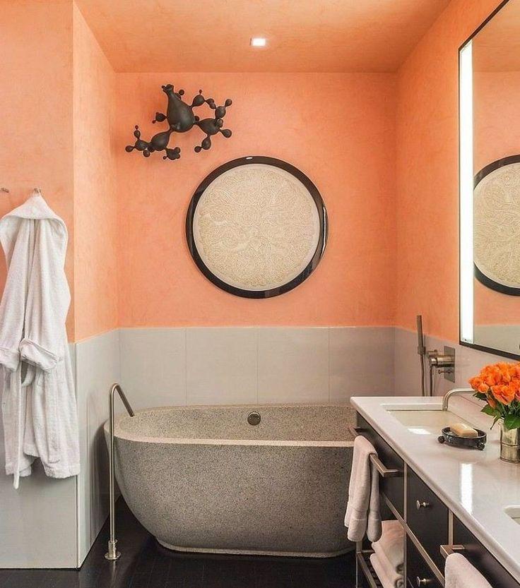 peinture salle de bain orange, soubassement en gris clair et baignoire ovale