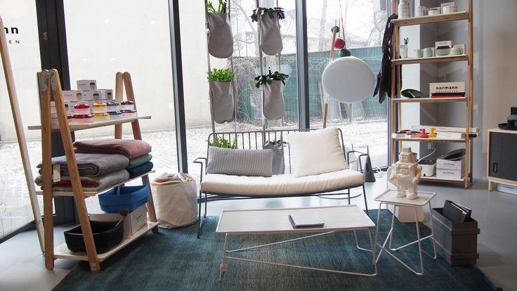 Kącik wypoczynkowi z meblami Paoli Navone marki Serax i dywanem Linie Design Graduation Jade