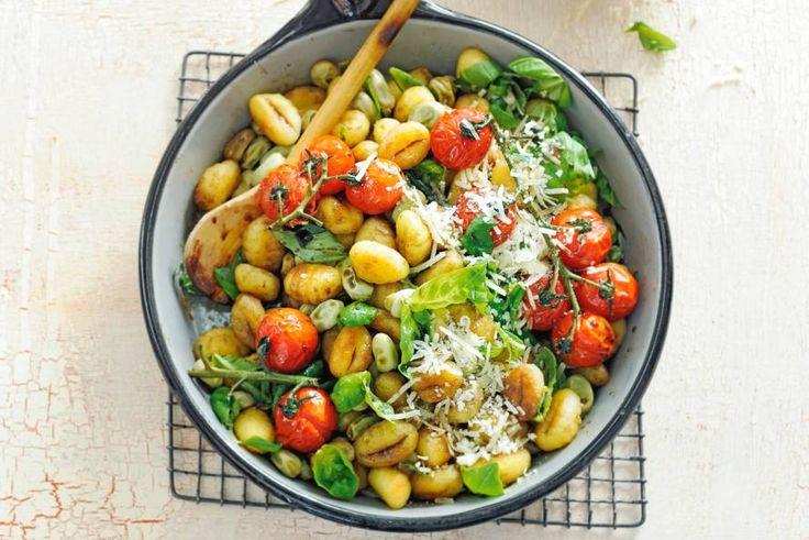 Kidsfavoriet! Vooral vanwege de tomaten die in de oven zo lekker zoet worden - Zomerse gnocchi met geroosterde trostomaten - Recept - Allerhande