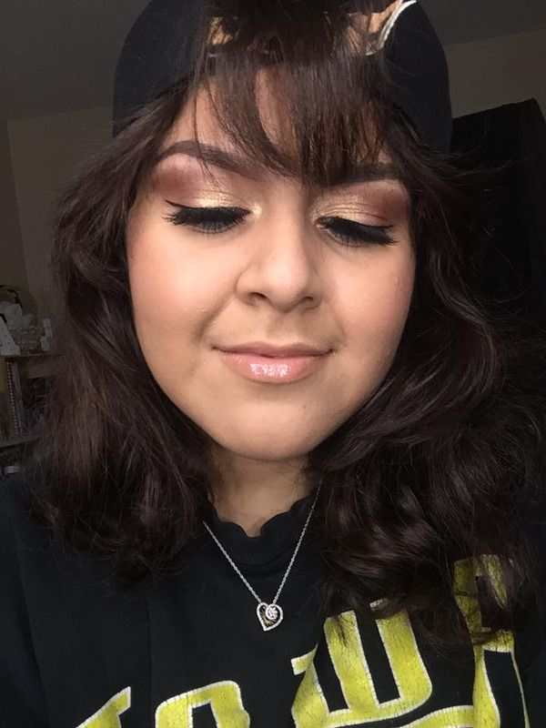 Here's what she used:  -Cream to Powder Medium Beige Foundation   -Anew Vitale Day Cream  -MagiX Primer  -Mark. Liquid Eyeliner in Cleo  -Blackest Night Eyeliner  -Brow Definer in Brunette   -Creamy Nude Lipgloss  -Nude Lip Liner  -8-in-1 Smoky Palette   -Bronzed Bronzing Pearls