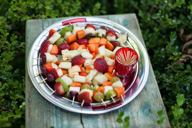 Frutas picadas e no palito. Delícia.