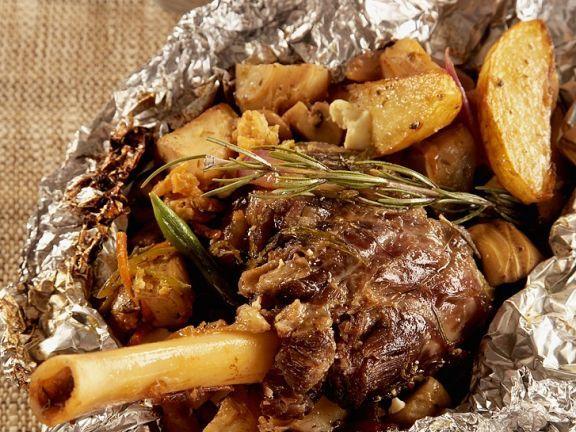 Griechische Lammhaxe in Folie gebraten ist ein Rezept mit frischen Zutaten aus der Kategorie Lamm. Probieren Sie dieses und weitere Rezepte von EAT SMARTER!
