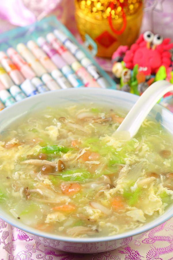 Seafood Soup 全家團圓海鮮羹 (食材: 高麗菜1/4顆 白菜1/4顆 柳松菇20g 蟹管肉40g 干貝20g 蝦仁10g 雞蛋1顆 太白粉2g。 調味料: 雞粉5g 鹽5g)