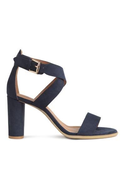 Sandali: Sandali in finta pelle con taco squadrato arrotondato. Cinturino alla caviglia con fibbia in metallo. Fodera e soletta in finta pelle. Tacco 9,5 cm. Suola in gomma.