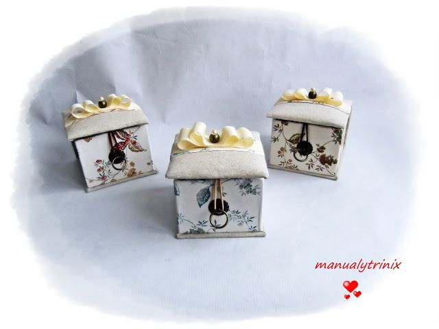 Hoy os muestro unas cajitas joyero que contienen una bonitas pulseras con chapita personalizada grabada con la inicial. Todo esta hecho a m...