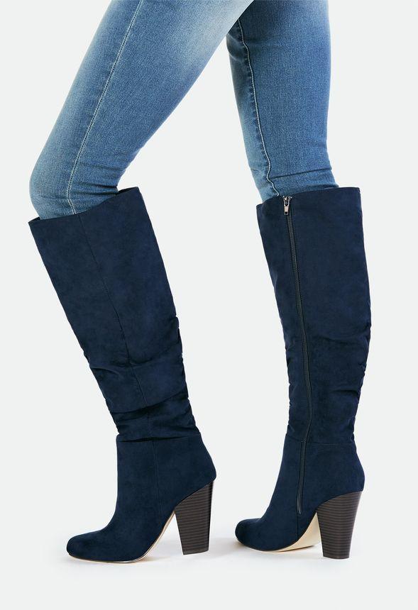 Die legere Silhouette täuscht nicht über den eleganten Charme dieses Overknee Stiefels hinweg! Karlana kommt in stylischer Wildleder-Optik und modernem Look....