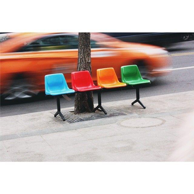 by_chohee / #이태원 #이쁜 #의자ㅋㅋ길거리의자 저런알록달록색의자는 보기드물어서볼때마다찍는거같당 / #골목 #거리 #가구 / 2014 01 14 /
