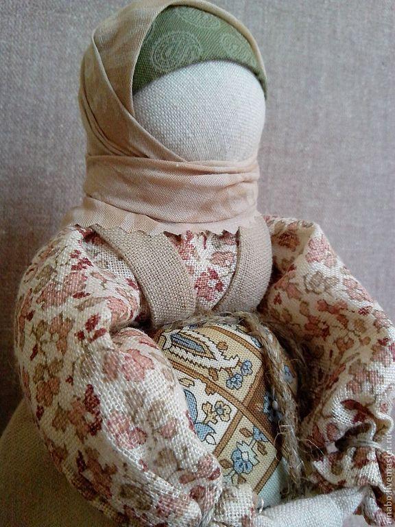 Купить или заказать Кукла 'На сносях...' в интернет-магазине на Ярмарке Мастеров. Авторский вариант куклы на беременность. Образ беременной женщины, защищающей кольцом рук свой живот. К телу крепко привязано березовое поленце-ребеночек.Одета куколка в неяркую одежду как и полагалось женщине в таком положении (чтобы внимание не привлекать и избежать недоброго глаза). Выполнена по правилам обережной куклы: за один заход, 'чистым' способом, т.е. без иглы.…