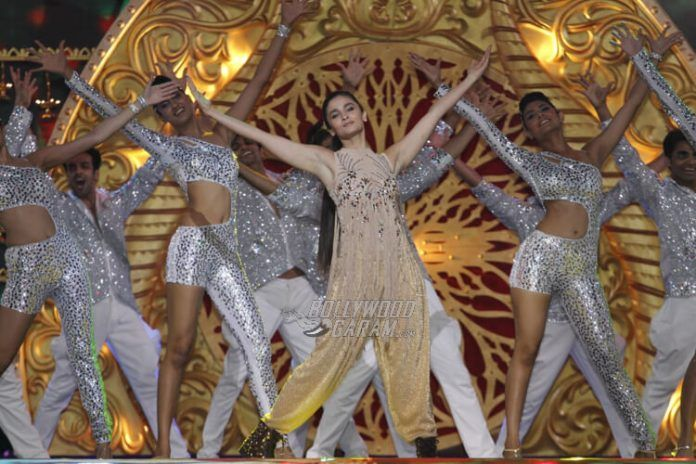 Alia Bhatt paid an emotional tribute to her mentor, Karan Johar with her performance. She danced to a few old hits of Dharma Productions including, Koi Mil Gaya from Kuch Kuch Hota Hai