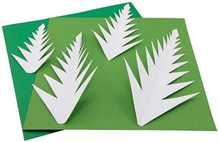 Aquí os dejo una bonita manualidad que he encontrado en la red, es facil de realizar y ya veis el resultado, ¡¡precioso!! Arbol de Navidad para decorar tu casa Material: Cartulina de color verde (2 tonos), cinta adhesiva, clips, plato desechable, cinta adhesiva verde o marron (tipo flores de papel), liston de madera para tronco.…