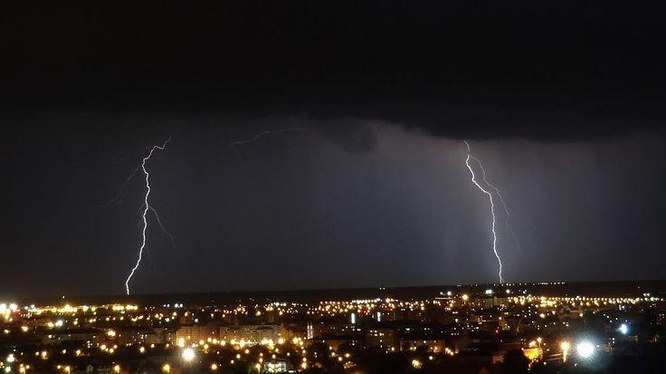 Imaginea pentru http://i242.photobucket.com/albums/ff209/oberleitung/Weather%202012/5th%20May%202012%20Scenic%20lightning%20show/09Lightningphoto5.jpg.