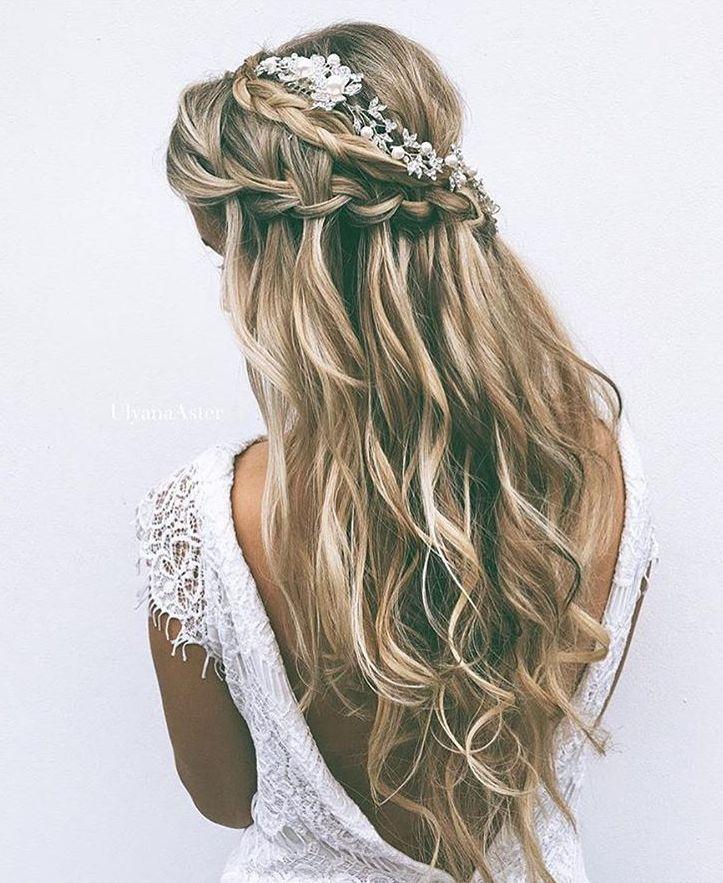 #matrimonio #sposa E' un'acconciatura da sposa con dei piccoli fiori, attaccati ai capelli.